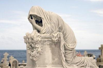 20130901154523-9304209-estatua-de-mujer-en-luto-en-un-cementerio.jpg