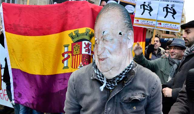 Un manifestante con una careta del Rey. | Alberto Vera