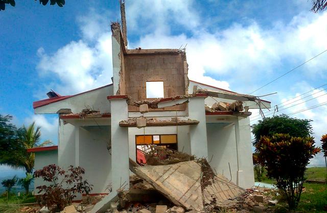 Destrozos en una iglesia de Nandayure, cercana al epicentro del seísmo. | Foto Efe (facilitada por Cruz Roja). [VEA MÁS IMÁGENES]